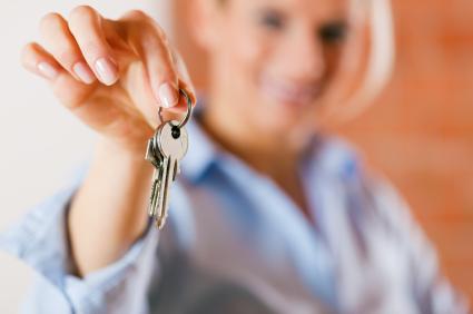 stock-photo-15565873-realtor-in-empty-apartment-giving-keys